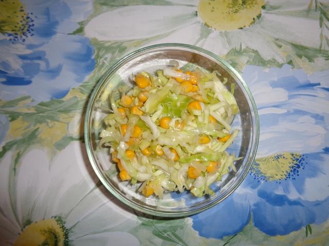 салат из свежей капусты с пореем и кукурузой