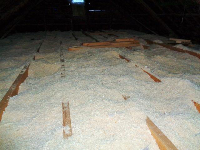 утепление потолка дома опилками